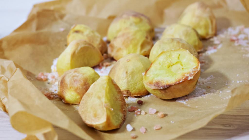 Pieczone ziemniaki na soli